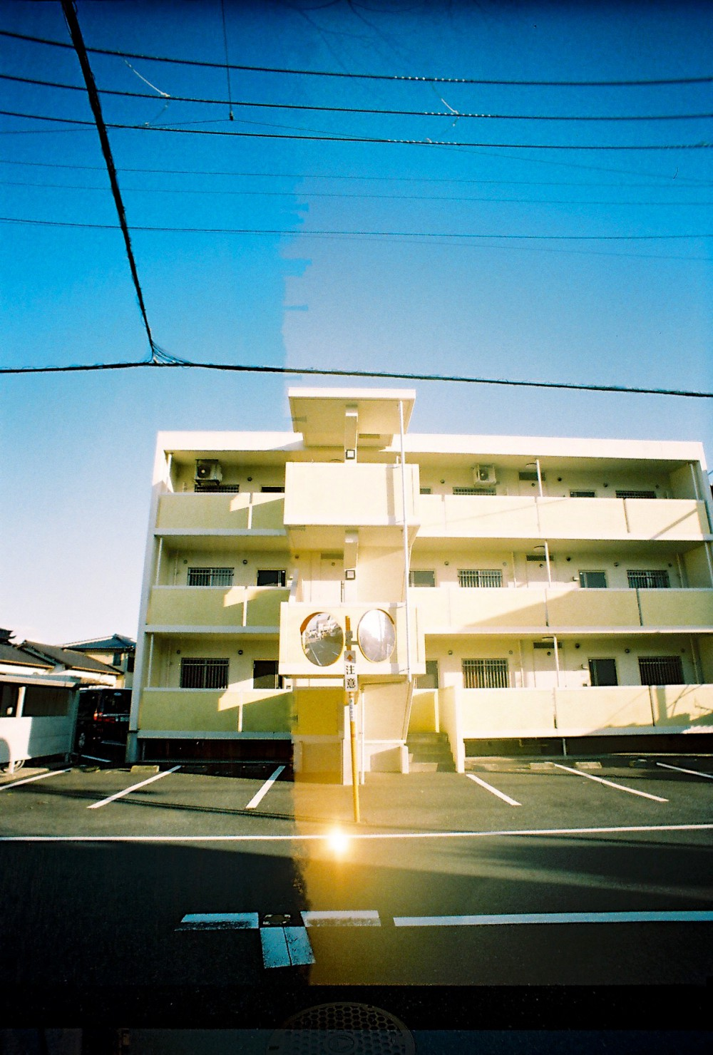 路邊的公寓樓 很有一種身處日劇的感覺 命案現場 神探伽利略 柯南君 ええ。。。ごめん 又想入非非了