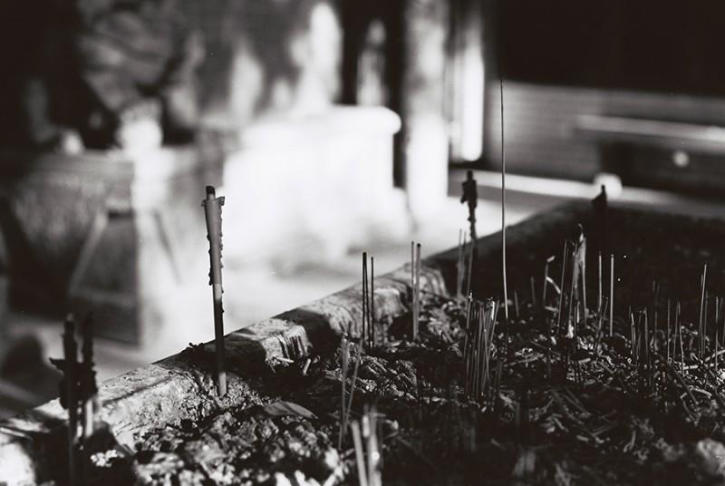 古庙、老人和孩子-菲林中文-独立胶片摄影门户!