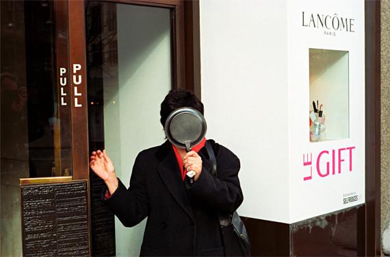 Matt Stuart:有趣的街头摄影-菲林中文-独立胶片摄影门户!