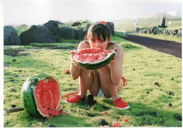 消夏   我能想到最凉快的事,就是和你一起刨个西瓜-菲林中文-独立胶片摄影门户!