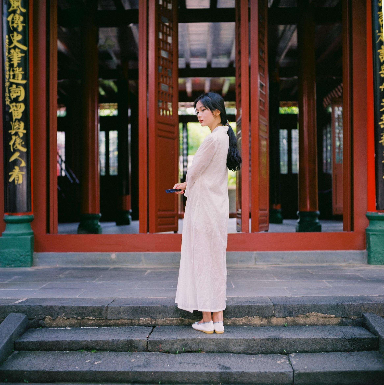 寺院古钟一声声唱着慈悲,我纸扇遮面,蓦然回味,竟留下前世的泪!-菲林中文-独立胶片摄影门户!