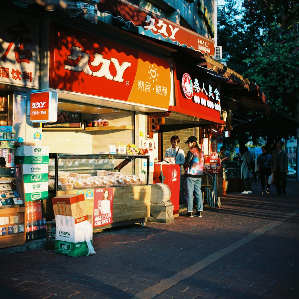 走在城市大光比下@马里奥大叔就是我-菲林中文-独立胶片摄影门户!