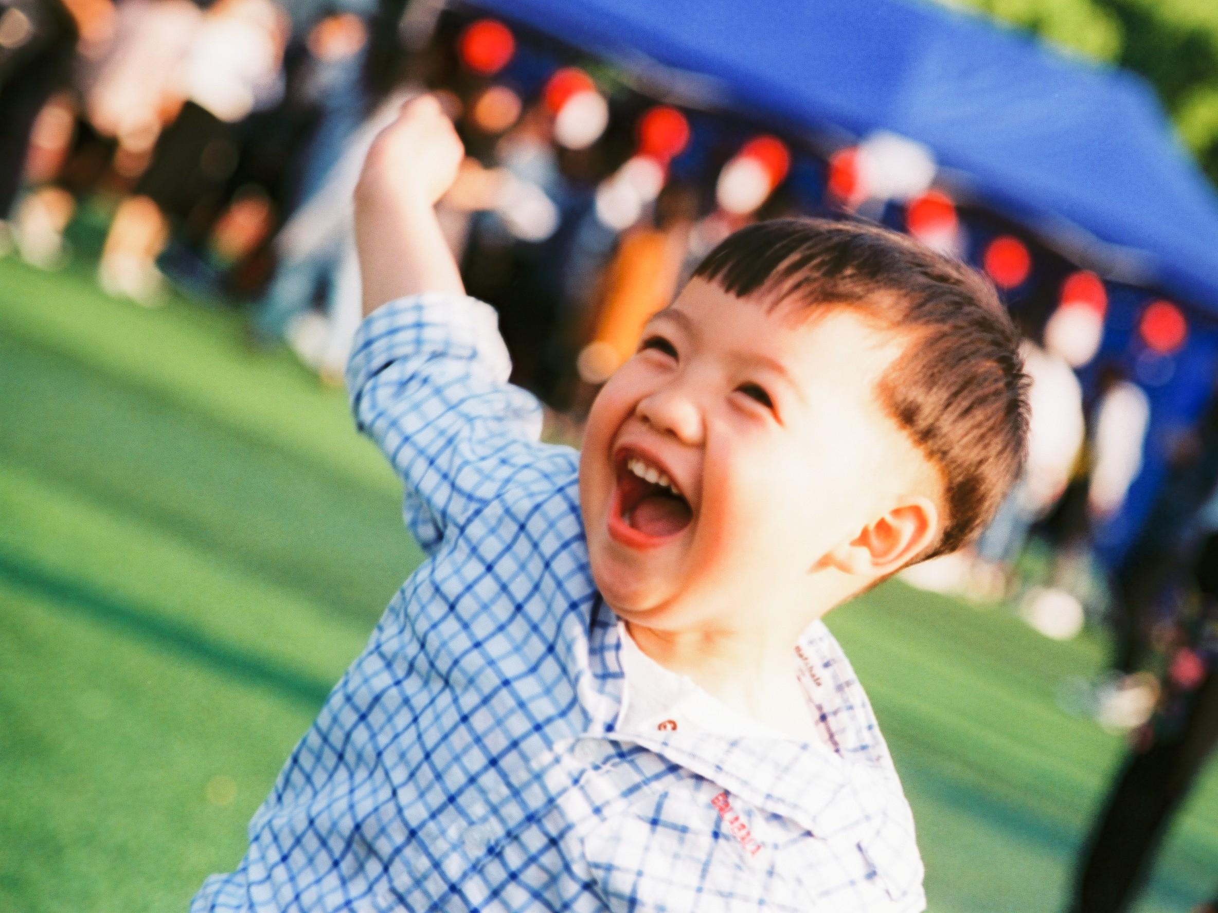 小朋友@踢披奈就是专注-菲林中文-独立胶片摄影门户!